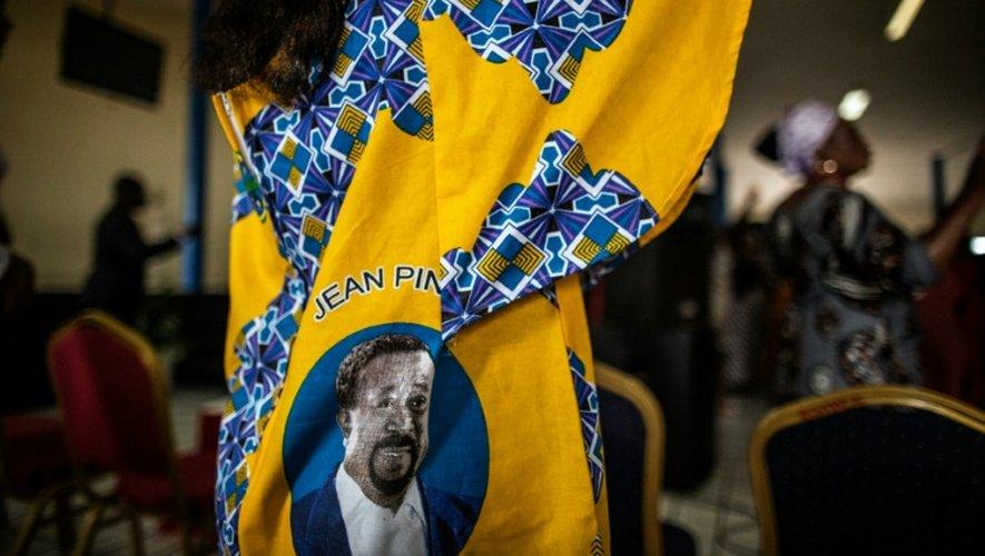 Une femme porte un vêtement à l'effigie de l'opposant gabonais Jean Ping, le 4 septembre 2016 à Libreville