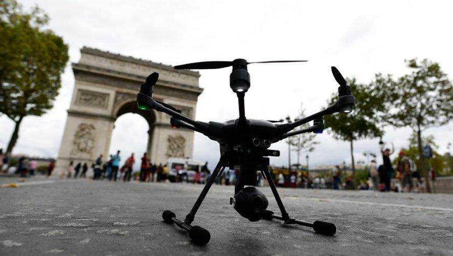 Un drone sur les Champs-Elysées, le 4 septembre 2016 à Paris