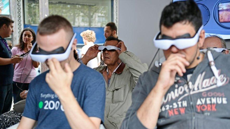 Des lunettes de pilotage de drones testées au Paris Drones Festival, le 4 septembre 2016 dans la capitale française