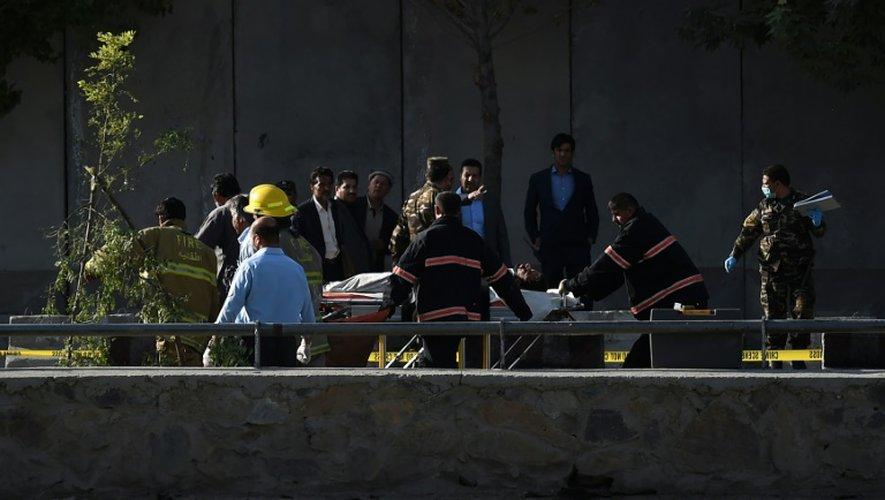 Des personnels de sécurité afghans sur les lieux d'un double attentat perpétré par les talibansen pleine heure de pointe près du ministèrede la Défense à Kaboul, le 5 septembre 2016