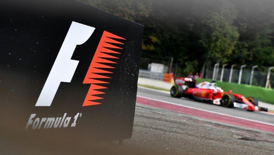 Sebastian Vettel passe devant le logo de la Formule 1, le 2 septembre 2016 à Monza