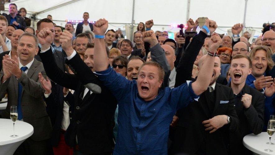 Des partisans du parti populiste anti-migrants allemand AfD, le 4 septembre 2016 à Schwerin en Allemagne