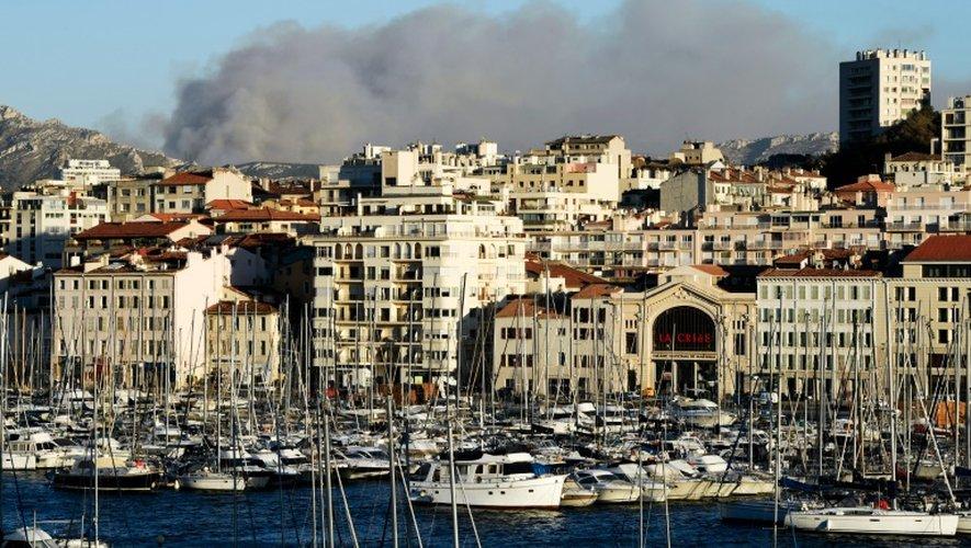 De la fumée s'élève du massif des Calanques, le 5 septembre 2016 à Marseille