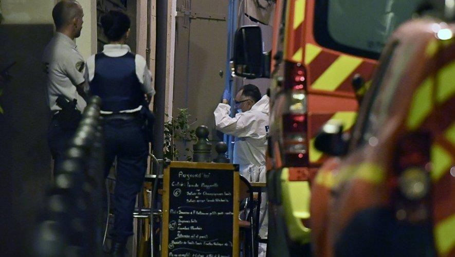 Experts et policiers devant le bar où deux hommes ont été tués par balles le 6 septembre 2016 à Marseille