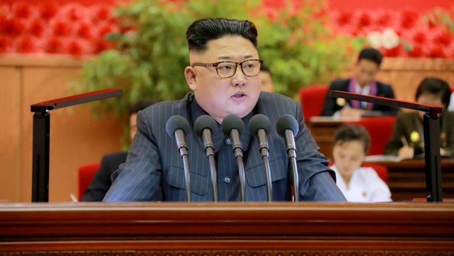 Photo fournie par l'agence officielle nord-coréenne Kcna du leader Kim Jong-Un, le 29 août 2016 à Pyongyang