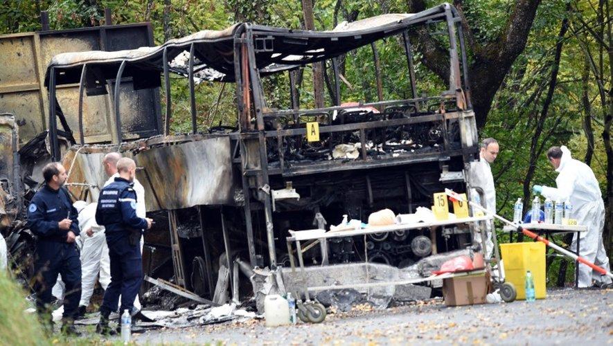 Des enquêteurs de l'IRCGN sur le site de l'accident de car le 24 octobre 2015 à Puisseguin