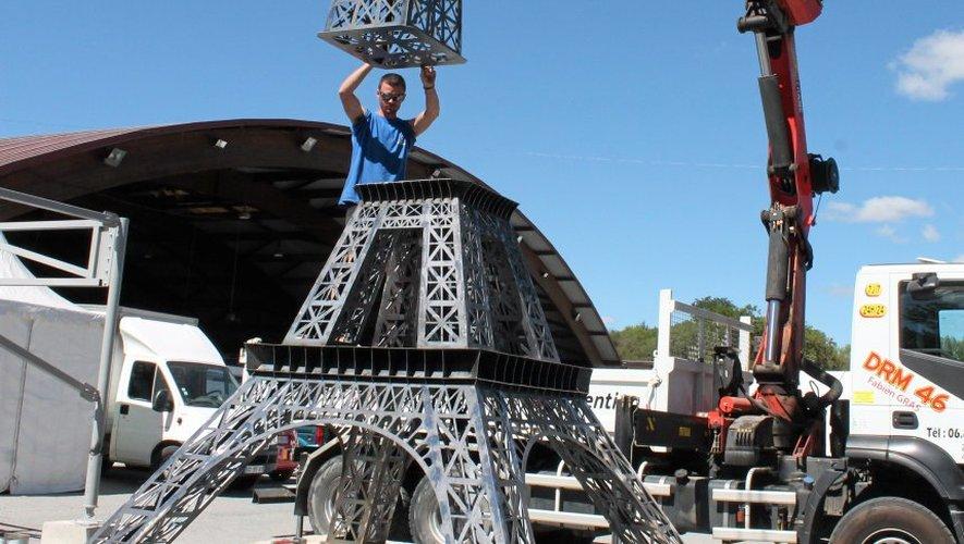De 400 kilos, la tour Eiffel «made in foire expo Villefranche» a été découpée au laser pour s'élever à 4,20 m et culminer à 5,50 m sur son socle en béton.