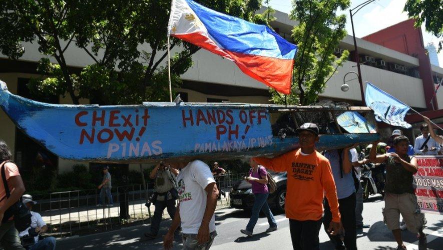 Des pêcheurs philippins et des militants manifestent devant l'ambassade américaine à Manille le 12 juillet 2016 pour dénoncer la volonté de la Chine de s'emparer du récif de Scarborough en mer de Chine méridionale
