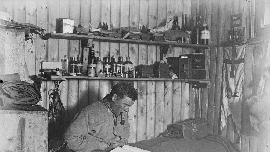 Un portrait non daté de George Murray Levick dans une cabane au Cap Adare en Antarctique