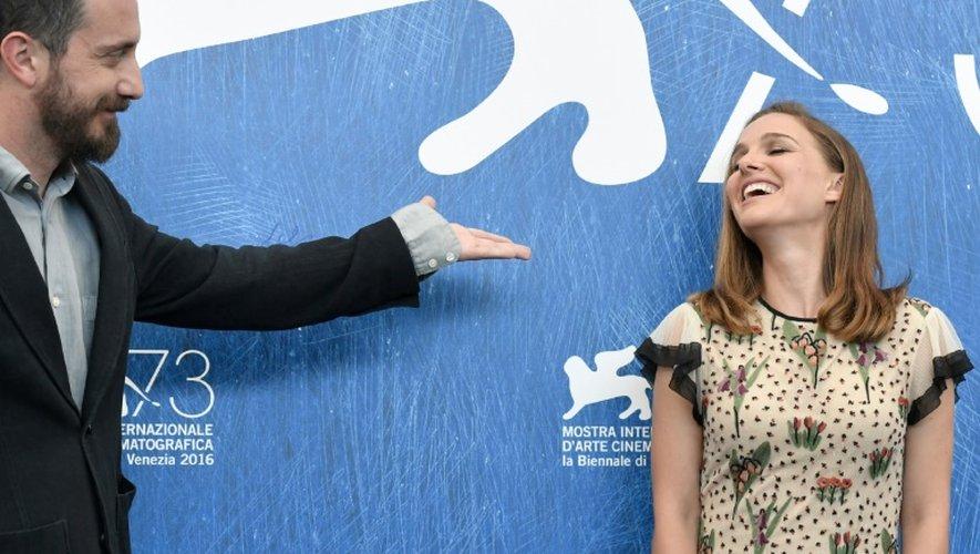 L'actrice américaine Natalie Portman (d) et le réalisateur chilien Pablo Larrain, le 7 septembre 2016 à Venise