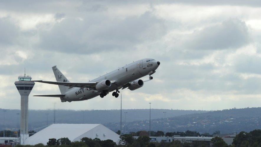 Un avion P-8 Poseidon de l'armée américaine décolle de l'aéroport de Perth en Australie, le 16 avril 2014