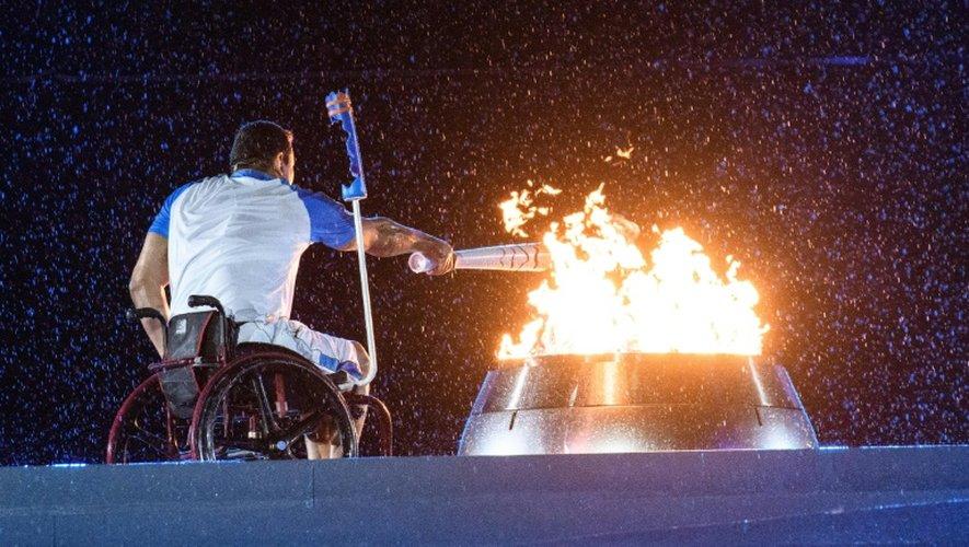 Le nageur brésilien Clodoaldo Silva allume la flamme  lors de la cérémonie d'ouverture des jeux paralympiques le 7 septembre 2016 à Rio