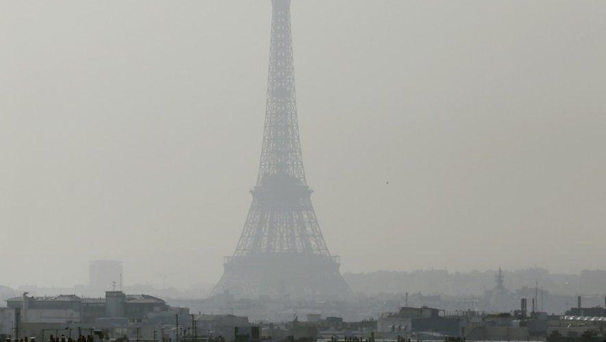 La Tour Eiffel sous un nuage de pollution à Paris, le 14 mars 2014