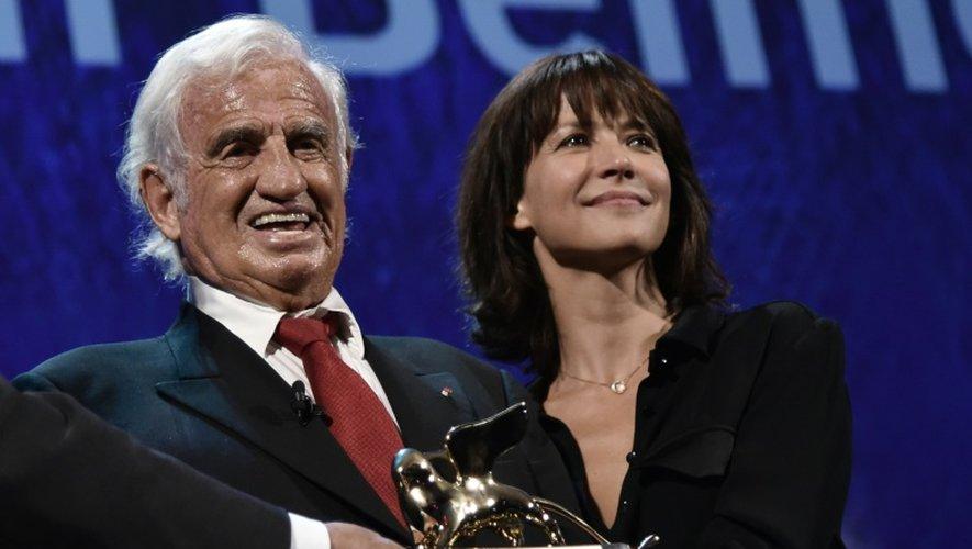 L'acteur français Jean-Paul Belmondo, accompagné de Sophie Marceau, reçoit un Lion d'or pour l'ensemble de sa carrière à la Mostra de Venise, le 9 septembre 2016