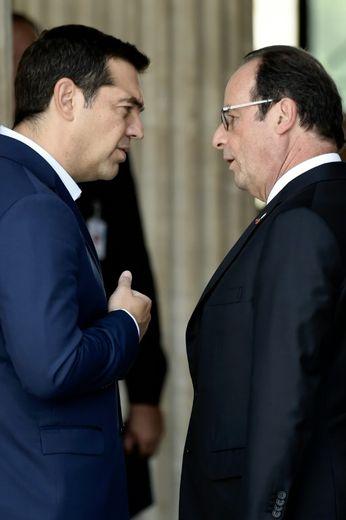 Le Premier ministre grec  Alexis Tsipras discute avec le président François Hollande le 9 septembre 2016 à Athènes