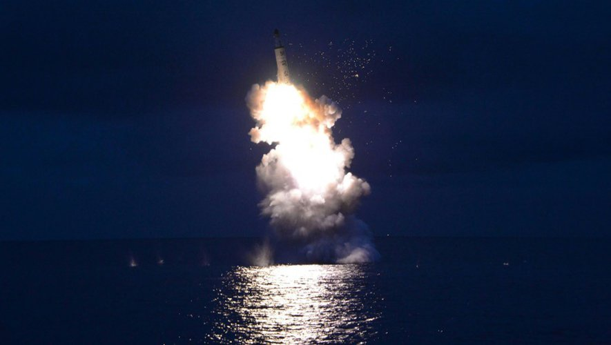 Photo non datée fournie le 25 août 2016 par l'agence nord-coréenne KCNA d'un tir de missile dans un lieu indéterminé