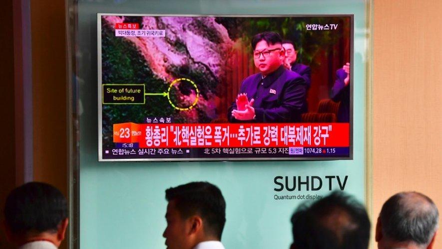 Des Sud-Coréens regardent à la télévision des images du leader nord-coréen Kim Jong-Un après le tir d'un 5e essai nucléaire de Pyongyang, le 9 septembre 2016 à Séoul