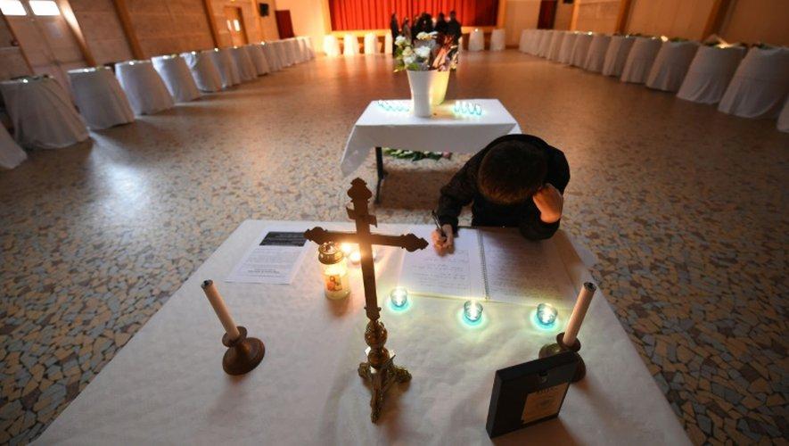 Puisseguin: journée d'hommage aux victimes et à leurs familles avec Hollande