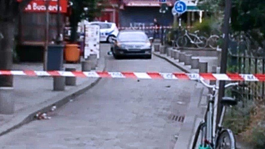 Cette image datée du 4 septembre 2016 montre la voiture sans immatriculation dans laquelle ont été retrouvées des bonbonnes de gaz sans détonnateur, à proximité de Notre Dame à Paris