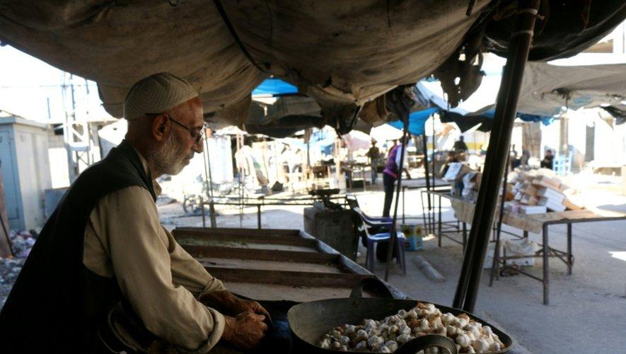 Un homme vend de l'ail sur un marché déserté à Alep, en Syrie, le 8 septembre 2016