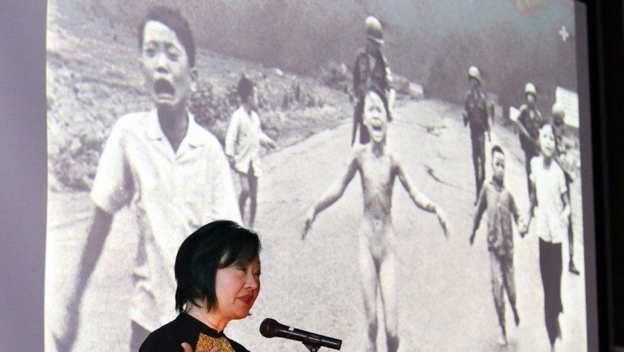 La Viétnamo-canadienne Phan Thi Kim Phuc devant une photo d'elle prise le 8 juin 1972 pendant la guerre du Vietnam à Nagoya, au Japon, le 13 avril 2016