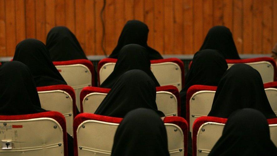 """Des femmes participent à une formation pour des """"opérations de martyre"""", le 18 février 2016 à Téhéran"""