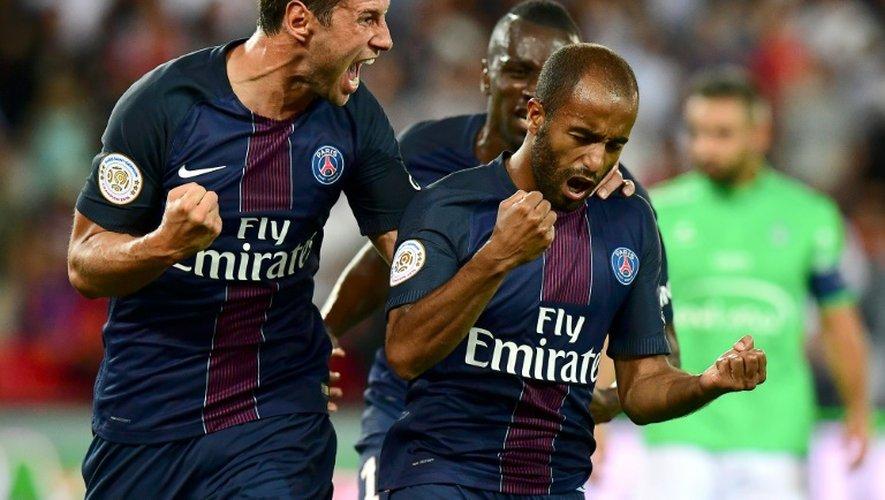 L'attaquant parisien Lucas Moura congratulé par Grzegorz Krychowiak après son but contre Saint-Etienne au Parc des Princes, le 9 septembre 2016