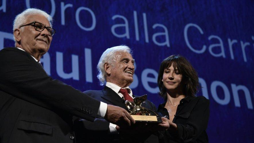Jean-Paul Belmondo (c) aux côtés de l'actrice Sophie Marceau reçoit un Lion d'or pour l'ensemble de sa carrière du directeur de la Mostra Paolo Barrata (g), le 8 septembre 2016 à Venise