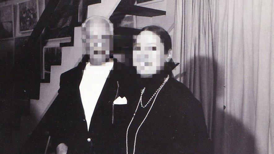 Fienemann avec son épouse, vers les années 70, en Allemagne. Que les crimes passés semblent loins et absents sur cette photo de réception prise dans leur atelier d'artistes.