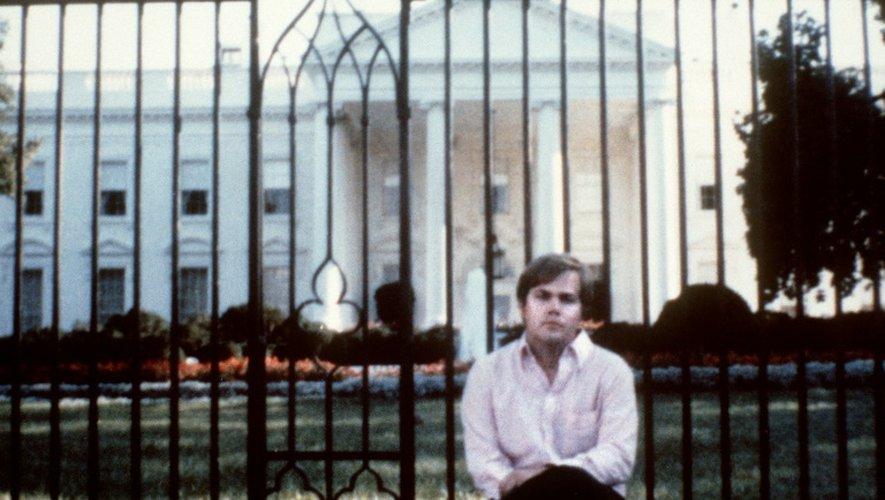 Photo prise le 1er mars 1981 devant la Maison Blanche de John Hinckley, qui avait tenté de tuer le président Ronald Reagan