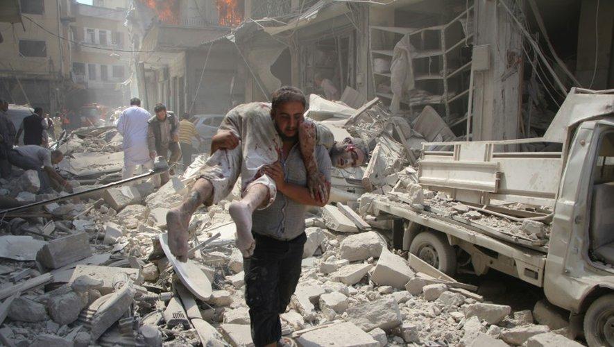 Des habitants de la ville syrienne rebelle d'Idleb recherchent des victimes dans les décombres des immeubles après des raids aériens du régime, le 10 septembre 2016