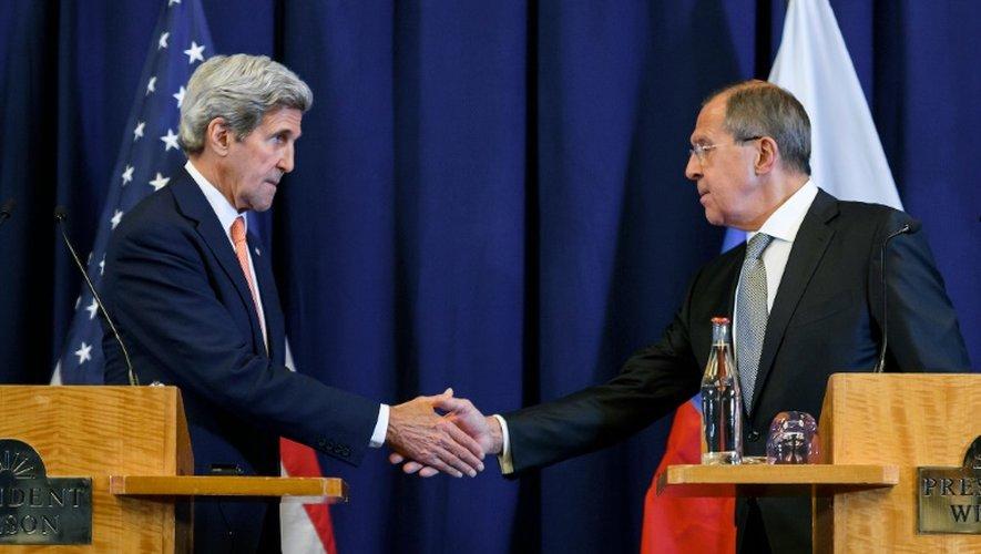 Le secrétaire d'Etat américain John Kerry (g) et le ministre russe des Affaires étrangères Sergueï Lavrov, se serrent la main à l'issue d'une conférence de presse sur le conflit syrien, le 9 septembre 2016 à Genève