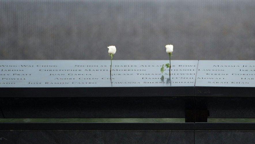 Des roses sur le monument en hommage aux victimes des attaques du 11 septembre 2001, le 11 septembre 2016 à New York