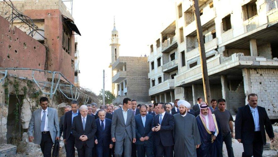 Photo fournie par l'agence officielle syrienne SANA, de Bachar al-Assad lors d'une visite le 12 septembre 2016 dans l'ex-fief rebelle de Daraya