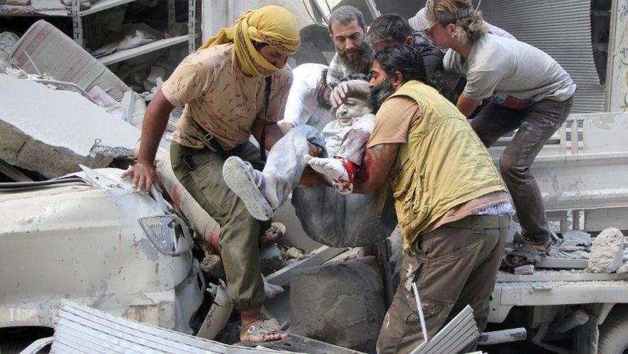 Un homme est évacué des décombres après une frappe aérienne sur la ville d'Idleb, contrôlée par les rebelles, le 10 septembre 2016 en Syrie