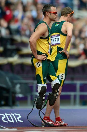 Les Sud-Africains Oscar Pistorius et Willem de Beer après leur élimination sur 4x400 m lors des jeux Olympiques de Londres
