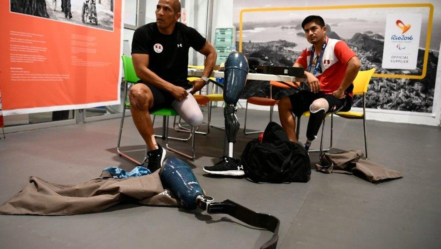 Les athlètes paralymiques péruviens Carlos Félipa Cordova et José Luis Casas, le 10 septembre 2016 à Rio