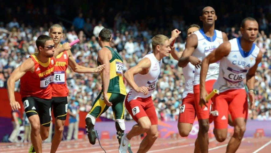 Oscar Pistorius, entouré des athlètes belges, polonais et cubains, le 9 août 2012 pendant les qualifications pour le 4x400 m des JO-2012 de Londres