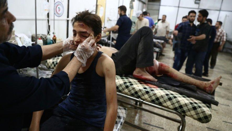 Un garçon syrien blessé reçoit des soins dans un hôpital de fortune à Douma, le 9 septembre 2016