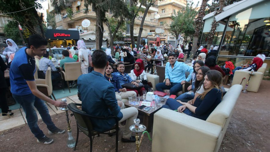 Les terrasses de café font le plein dans le quartier Mogambo d'Alep, tenu par le régime, le 13 septembre 2016, lors de la fête de l'Aïd, au lendemain de la trêve