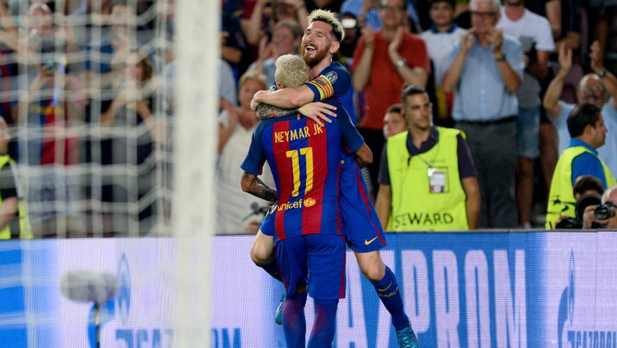 Lionel Messi fête un but avec son coéquipier Neymar face au Celtic Glasgow, le 13 septembre 2016 au Camp Nou