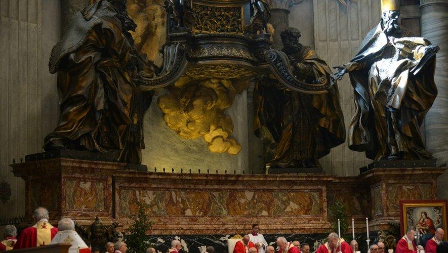 """Le pape François (c) dirige une messe pour le """"repos des âmes des cardinaux et évêques morts au cours de l'année"""", le 3 novembre 2015 au Vatican"""
