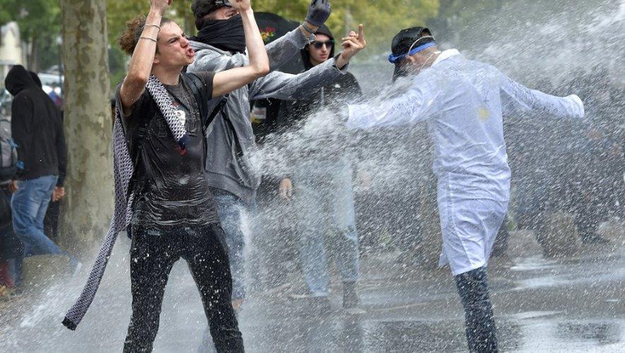 La police utilise des canons à eau contre des manifestants à Nantes le 15 septembre 2016