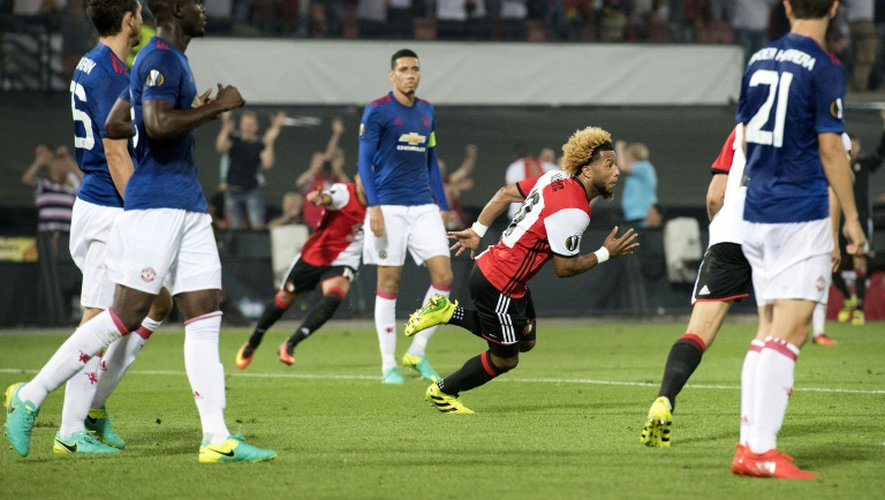 Les joueurs de Manchester United sonnés après le but de Tonny Trindade du Feyenoord (c) en Europa League, le 15 septembre 2016 à Rotterdam