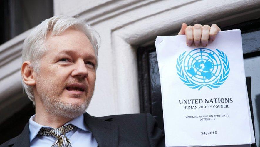 Le fondateur de WikiLeaks Julian Assange au balcon de l'ambassade d'Equateur à Londres le 5 février 2016