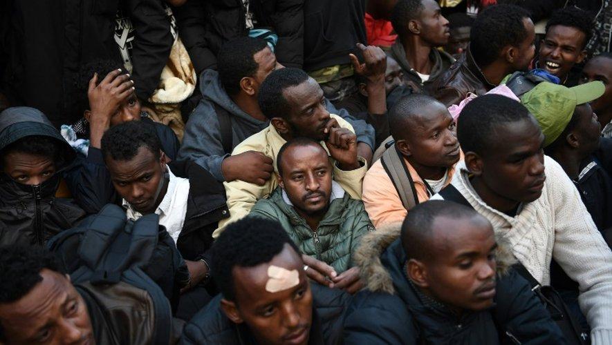 Des migrants évacués de leur campement entre les stations de métro Jaurès et Stalingrad le 16 septembre 2016 à Paris