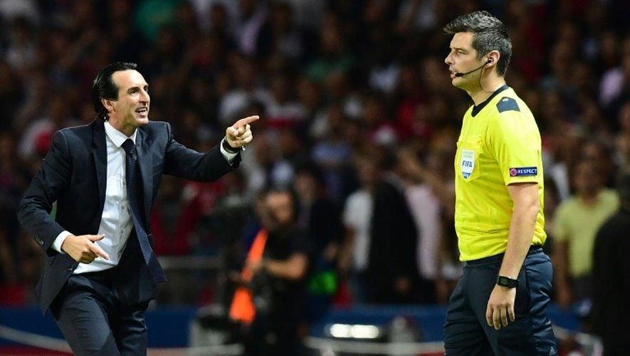 Unai Emery interpelle l'arbitre Viktor Kassai lors du PSG-Arsenal de Ligue des champions disputé au Parc des Princes, le 13 septembre 2016