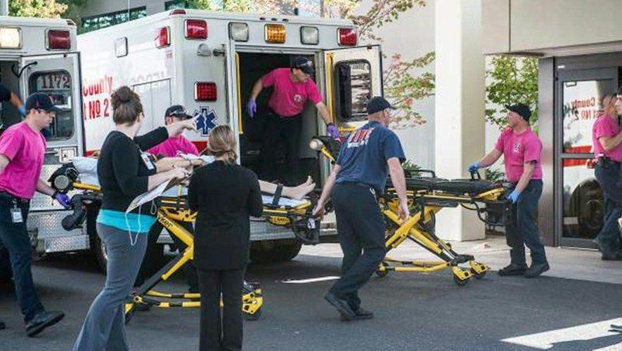 Les victimes d'une fusillade dans une université américaine de l'Oregon sont transportées aux urgences, le 1er octobre 2015