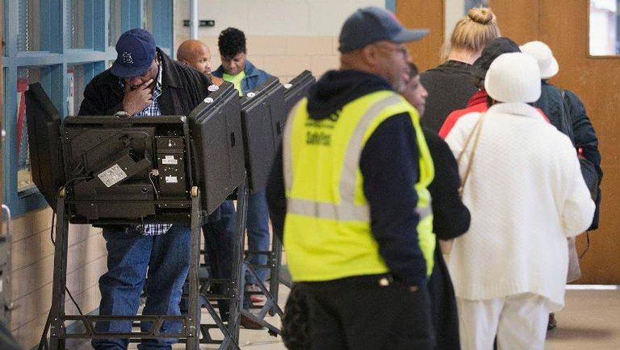 Des électeurs votent pour les élections de mi-mandat américaines, le 4 novembre 2014 à Fergusson, dans le Missouri