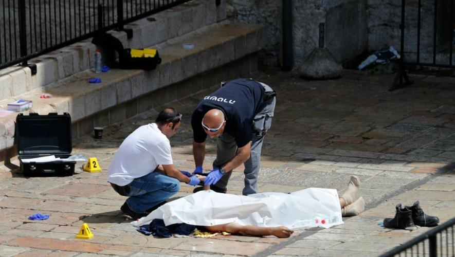 Des policiers israéliens relèvent les empruntes digitales du palestinien abattu après avoir tenté de poignarder une militaire à Jérusalem, le 16 septembre 2016